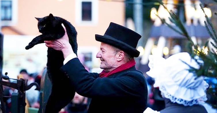Diese Katzenwaage zeigt an: je dicker die Katze desto strenger der Winter!