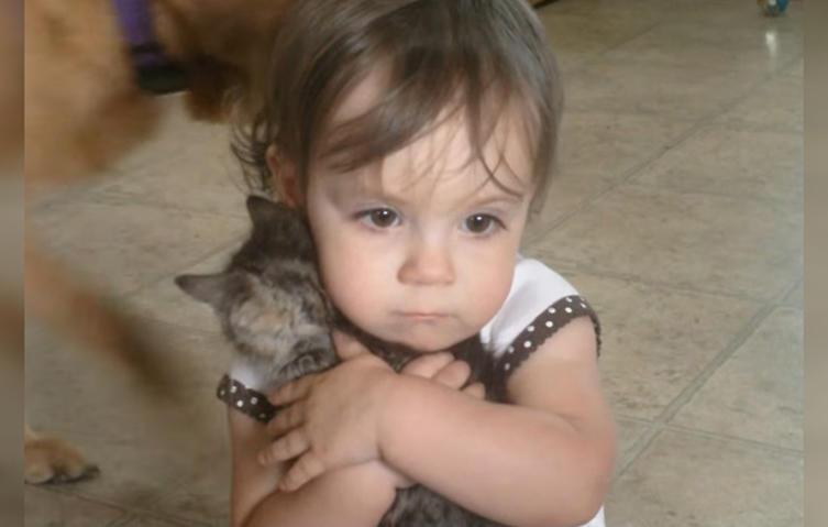 Tierliebe: Mädchen will kleines Kätzchen nie wieder loslassen